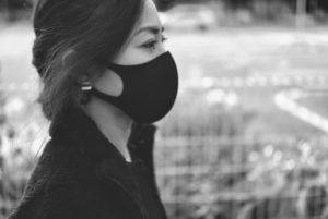 マスクをうっとうしがる女性